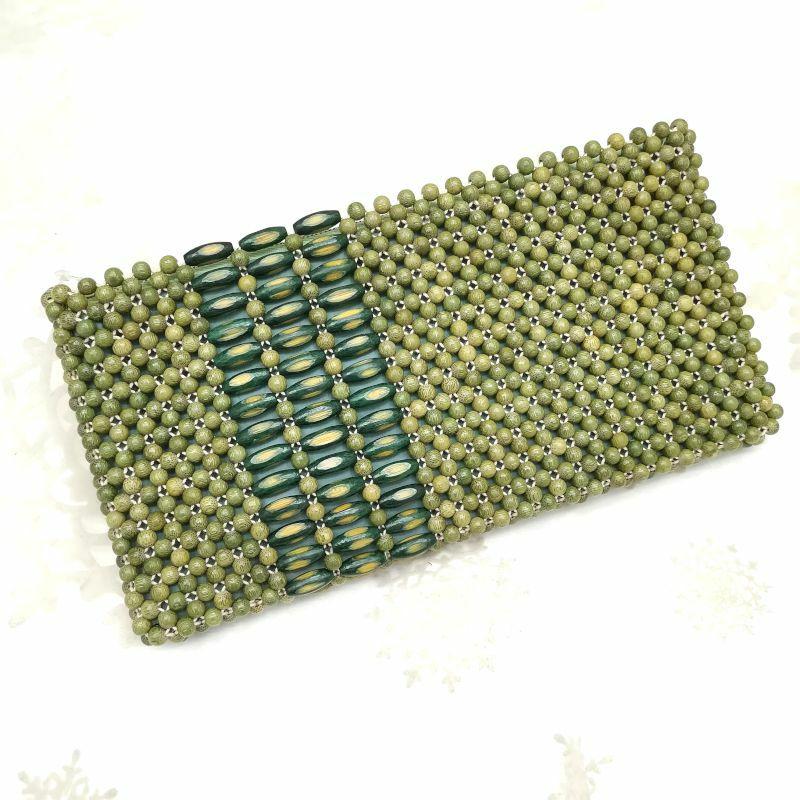クラッチバッグ ウッドビーズ 緑・うぐいす色地に無地 抱え画像_1